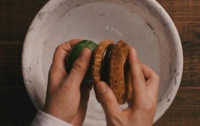 ライムの表面についた汚れを水洗い。<br>         そのあとタオルでしっかりと水を拭きとる。