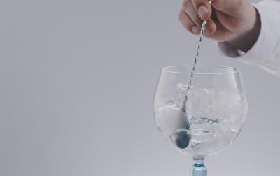 ジンをステア(混ぜる)する際は、全体が冷えるように10回ほどかき混ぜる。<br>         その際、グラスの内側にバースプーンの背が常にあたるようにする。