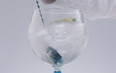 トニックをステアする際は、炭酸が抜けないように、         氷を持ち上げるようにしながら、1~2回だけバースプーンでステアする。